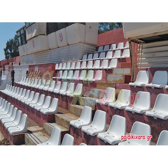 Καθίσματα γηπέδων με διπλή πλάτη