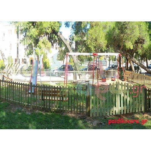 Παιδική χαρά σε πλατεία πόλης